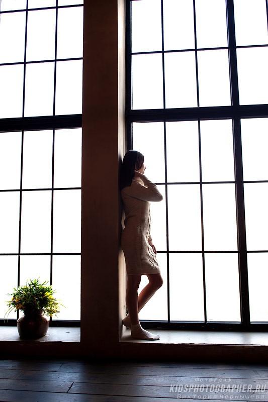 Силуэтное фото на фоне панорамного окна