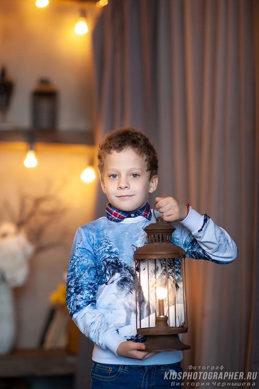 Мальчик с фонарем из реквизита студии.