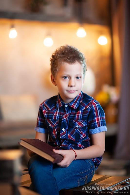Фото мальчика, снято на портретный объектив с размытием заднего плана.