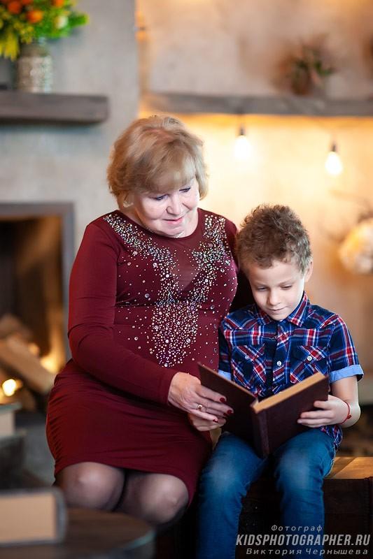 Внук с бабушкой читают книжку