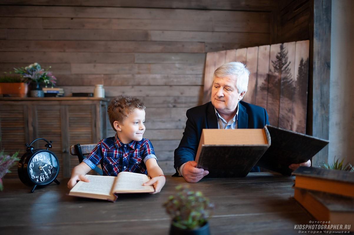 Дедушка с внуком за чтением