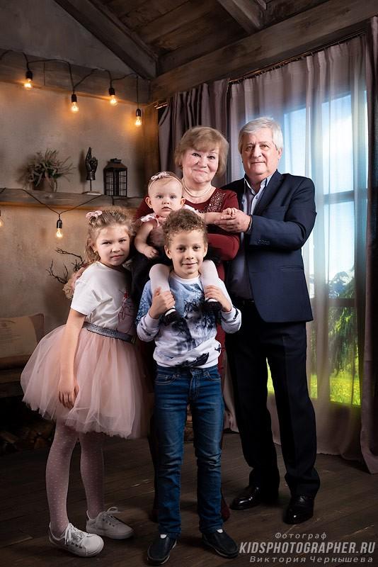 Семейная фотосессия внуков с бабушкой и дедушкой