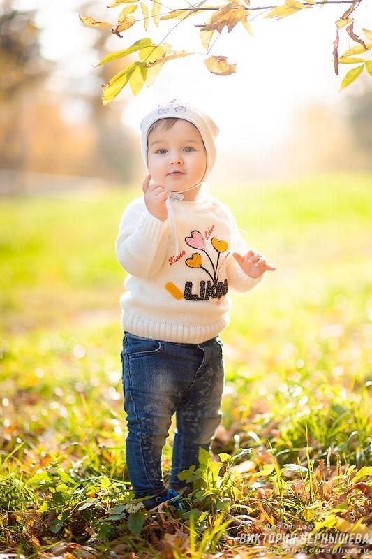 маленькая девочка осенью в парке фото