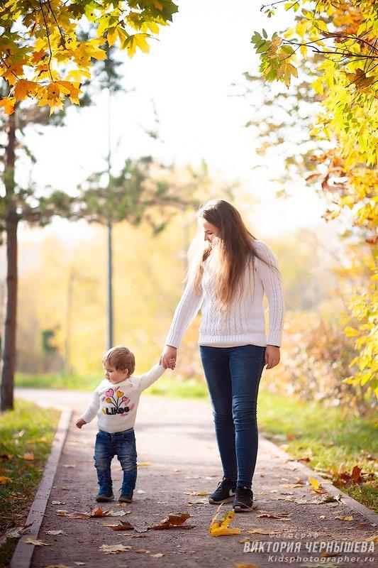 мама с дочкой идут за руку