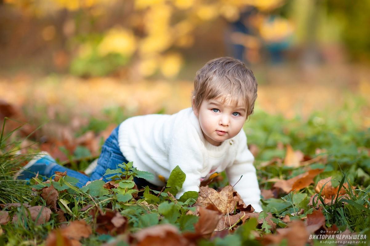 девочка ползает по траве