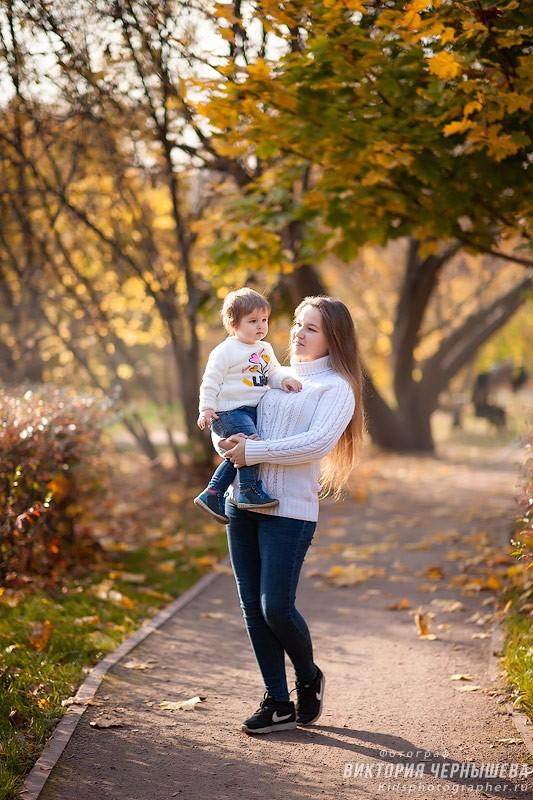 мама с маленькой дочкой гуляют по парку