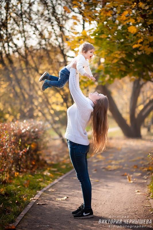 мама подняла дочку вверх фото