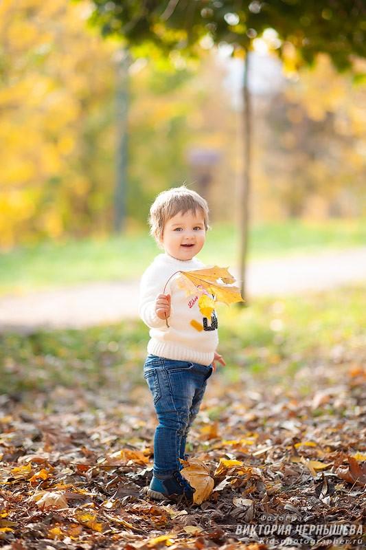 девочка держит кленовый лист