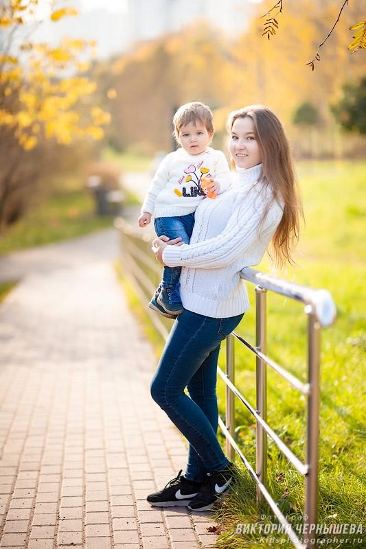 мама держит годовалого ребенка на руках фото