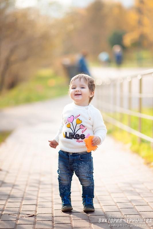 ребенок гуляет по осеннему парку