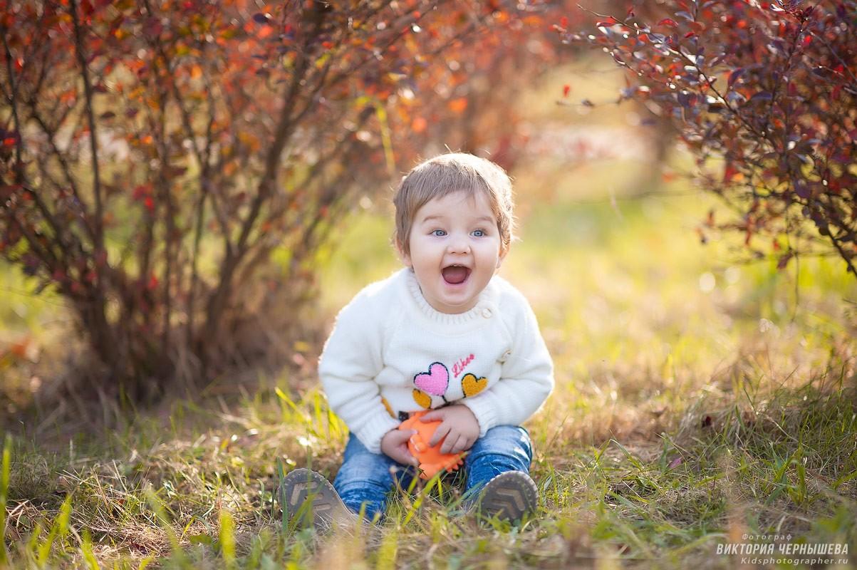 радостный ребенок в парке фото