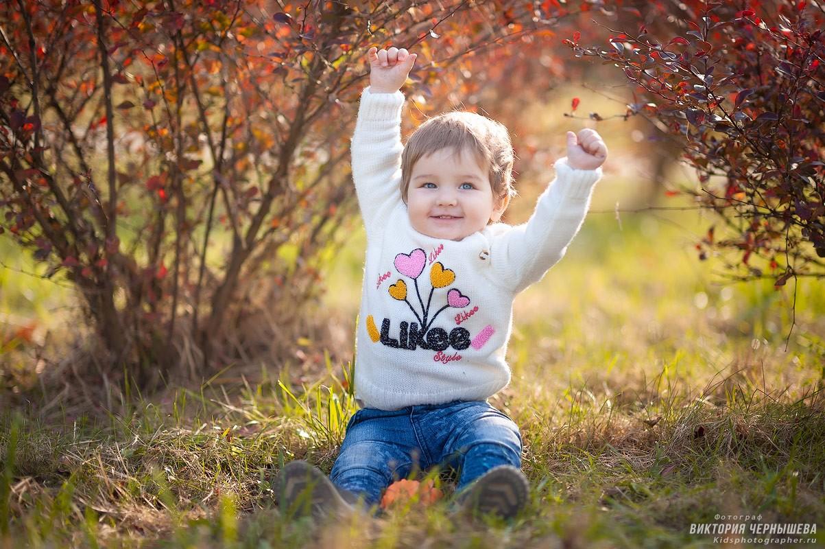 девочка подняла руки в верх фото
