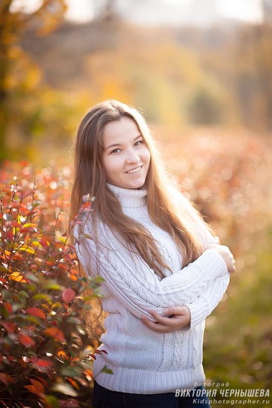 портрет улыбчивой девушки в осеннем парке