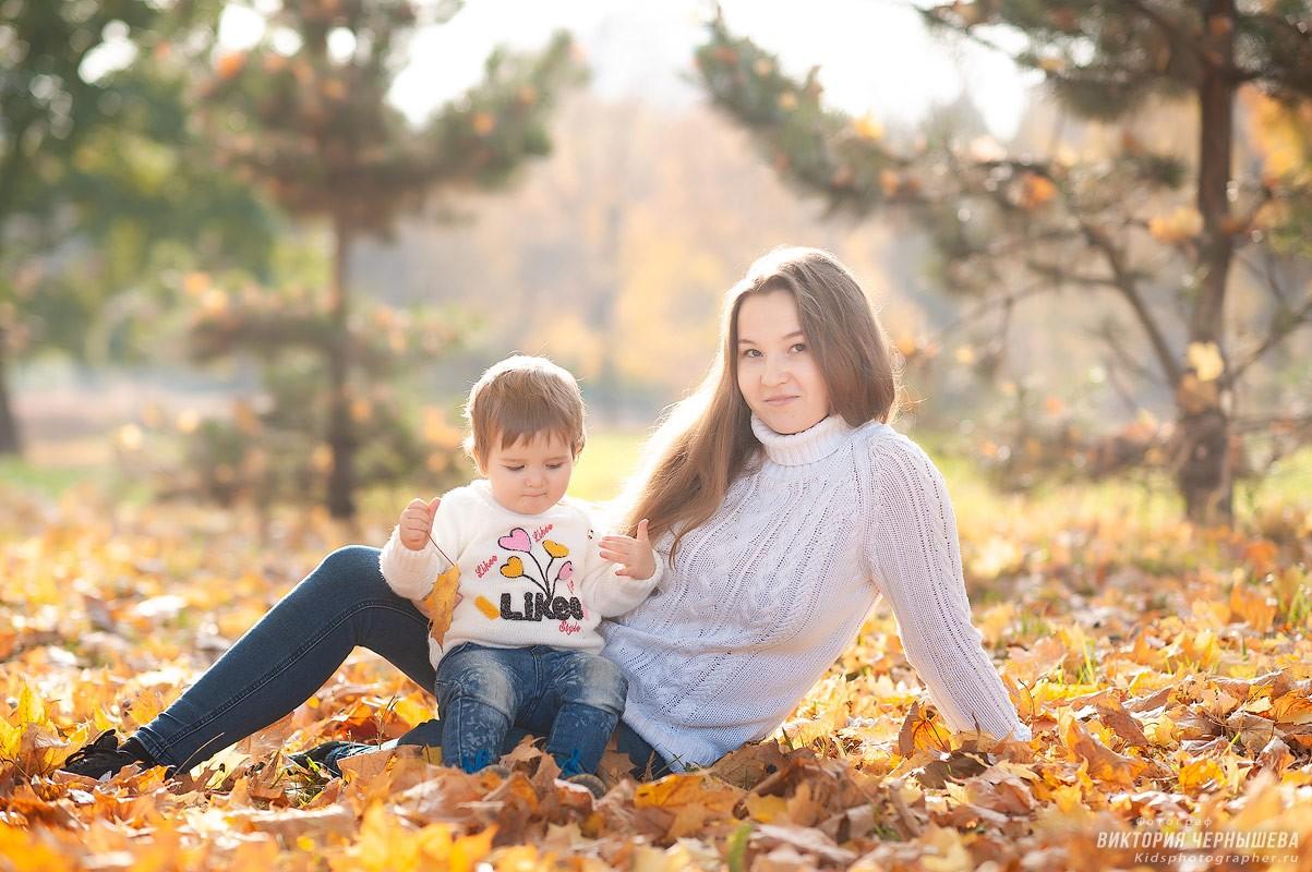 мама с дочкой в парке на оранжевых листьях