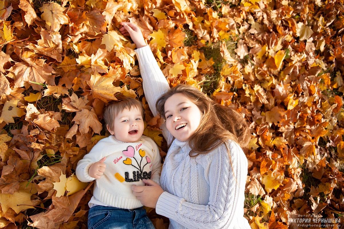 мама с дочкой на желтых листьях фото
