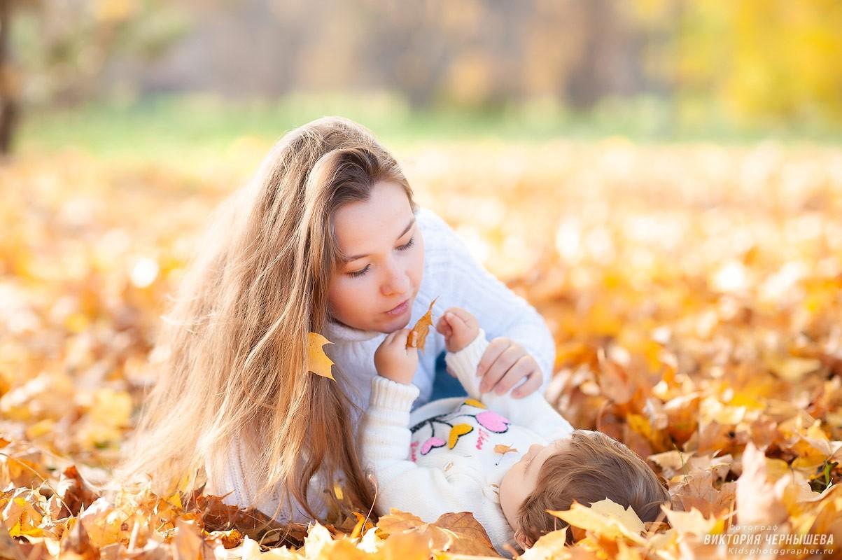 дочка играет с мамой в осеннем парке