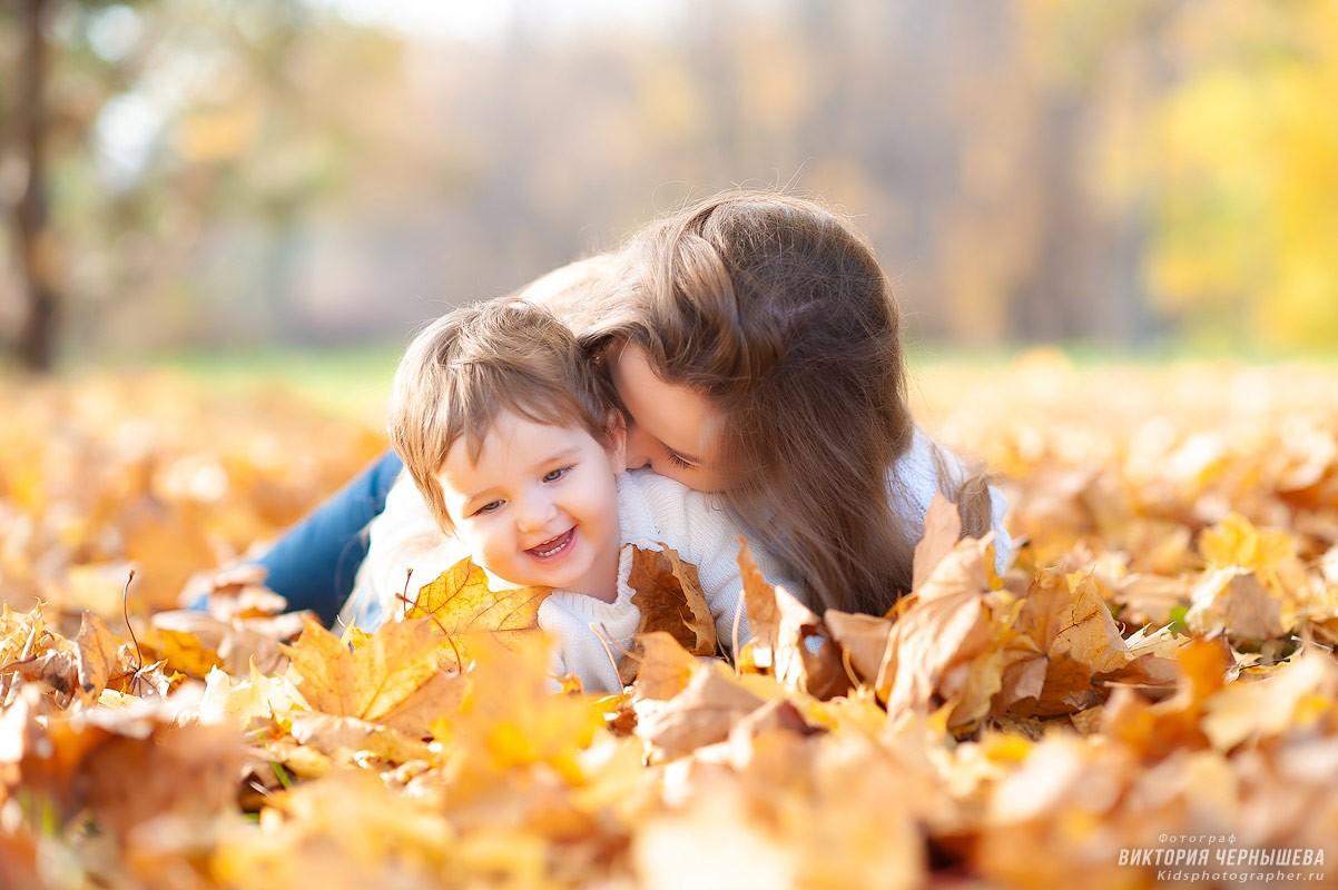 мама целует дочку фото